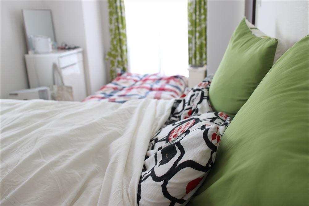 寝室にベッドと布団