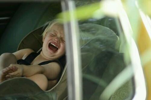 赤ちゃんが車で泣く対策アイデア!