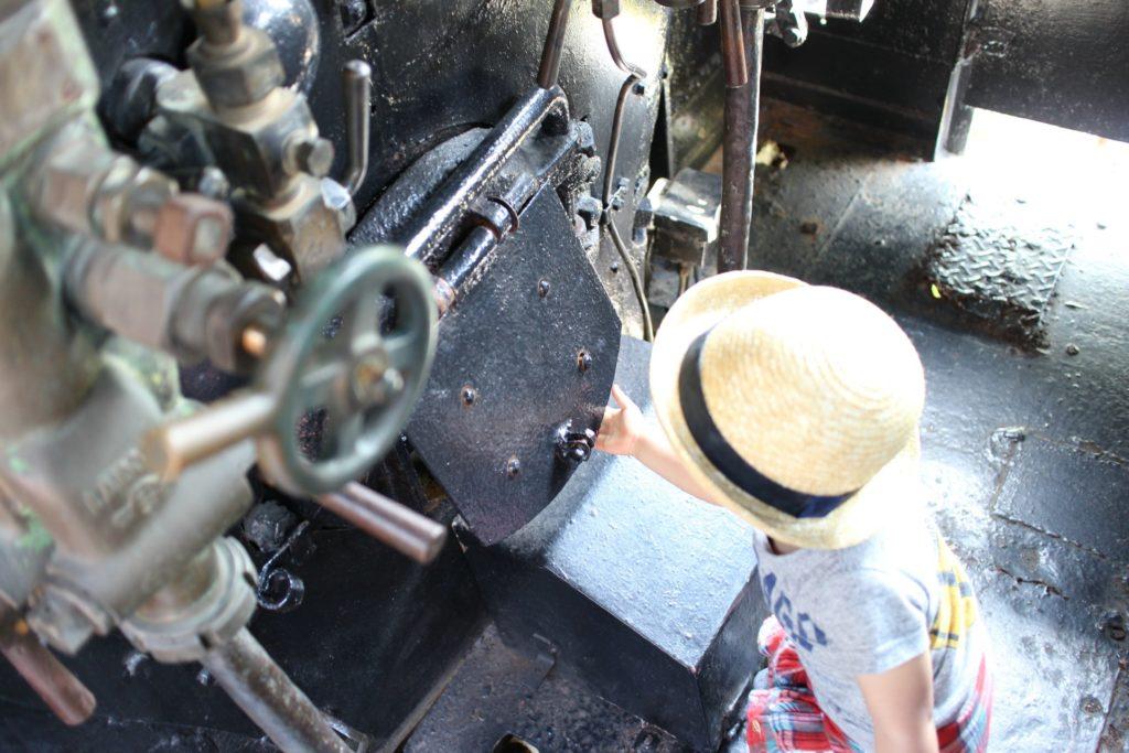 機関室の石炭を入れる所まで見て触れちゃった
