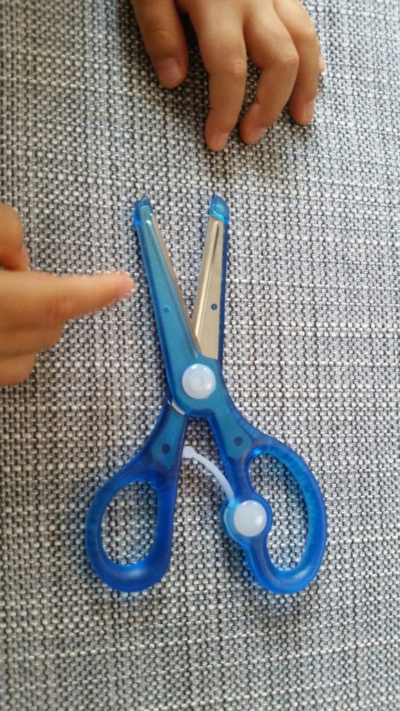2才4ヶ月:幼児用ハサミで工作の練習を始めました!