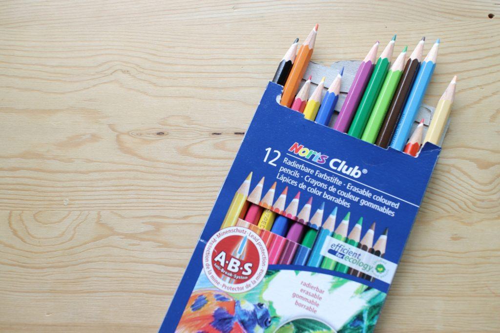 愛用クレヨンと色鉛筆と鉛筆削り。