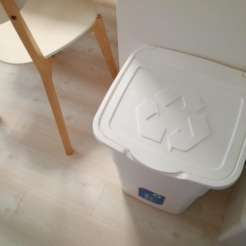 オムツに高価な防臭専用ゴミ箱は必要なし。ニトリで代用可。