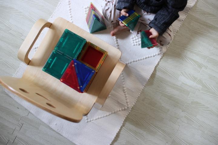 マグネットブロックで遊ぶ1才