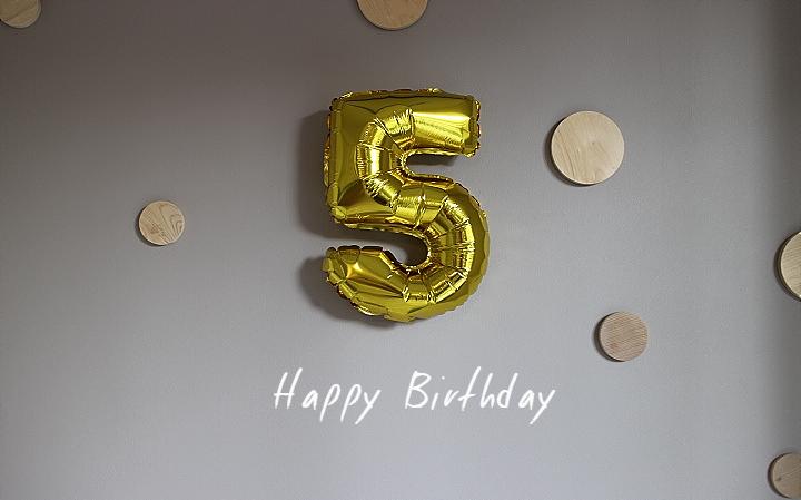 くま吉5才の誕生日。飾りつけとケーキとプレゼント。