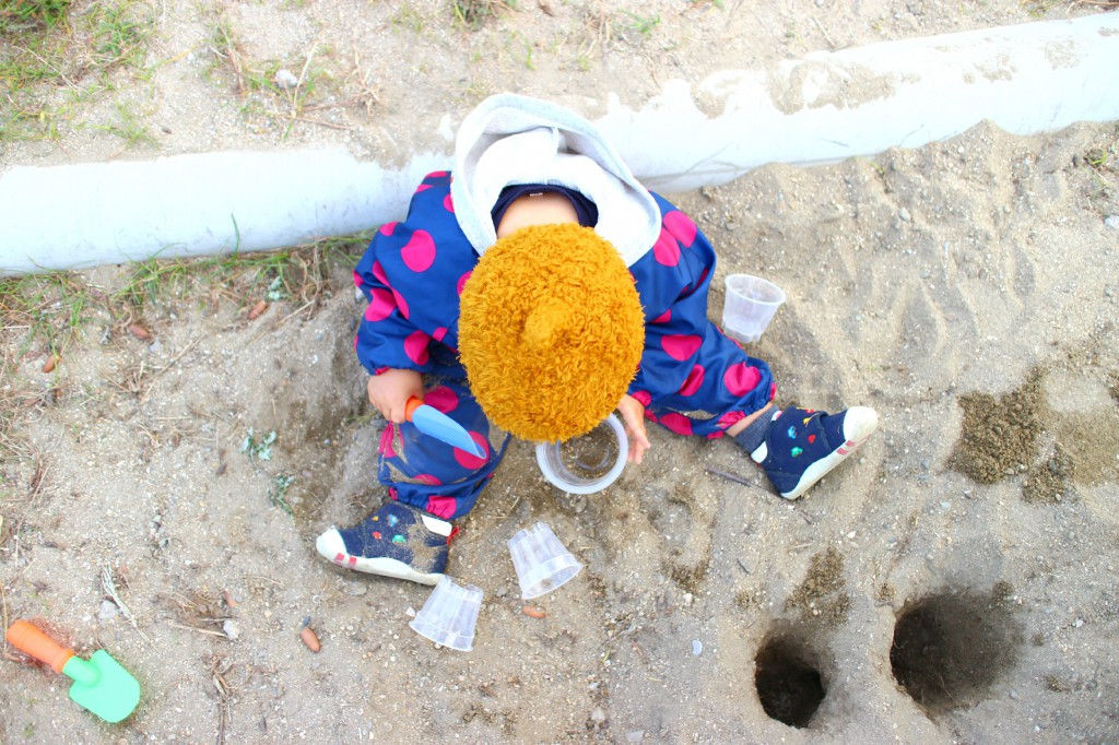 砂場遊びをもっと楽しくするプチプラ便利アイテム!お砂場着がらくちん!