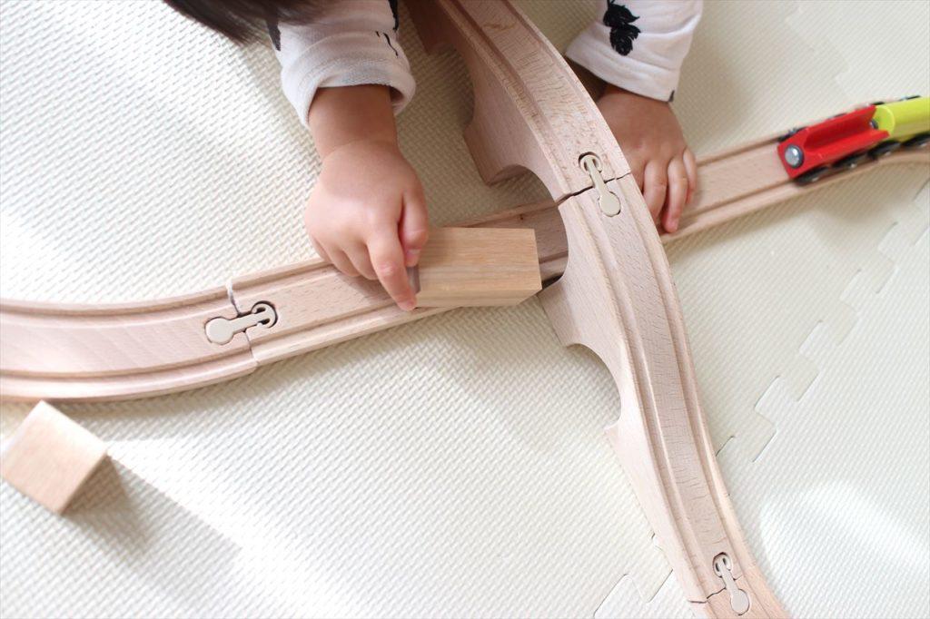 IKEAの木製列車レールセットで遊びまくっています。