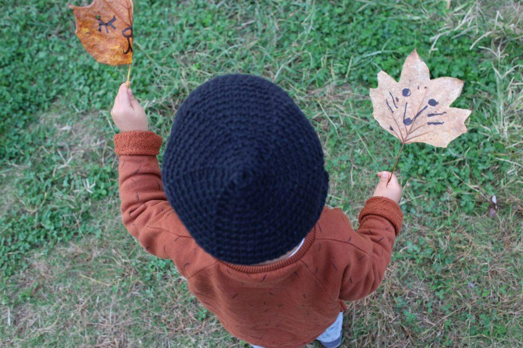 公園で落ち葉にらくがき遊び。