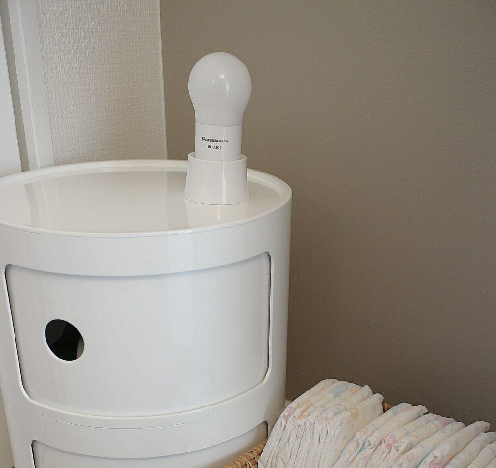 夜の授乳に便利なスモールライト~!寝室授乳スペースのインテリア。