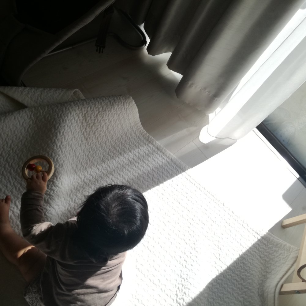 寝付けなくて泣く赤ちゃんを救った夫のアイデア。