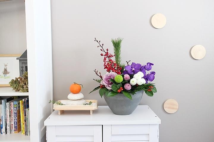 お正月の花と鏡餅の飾り