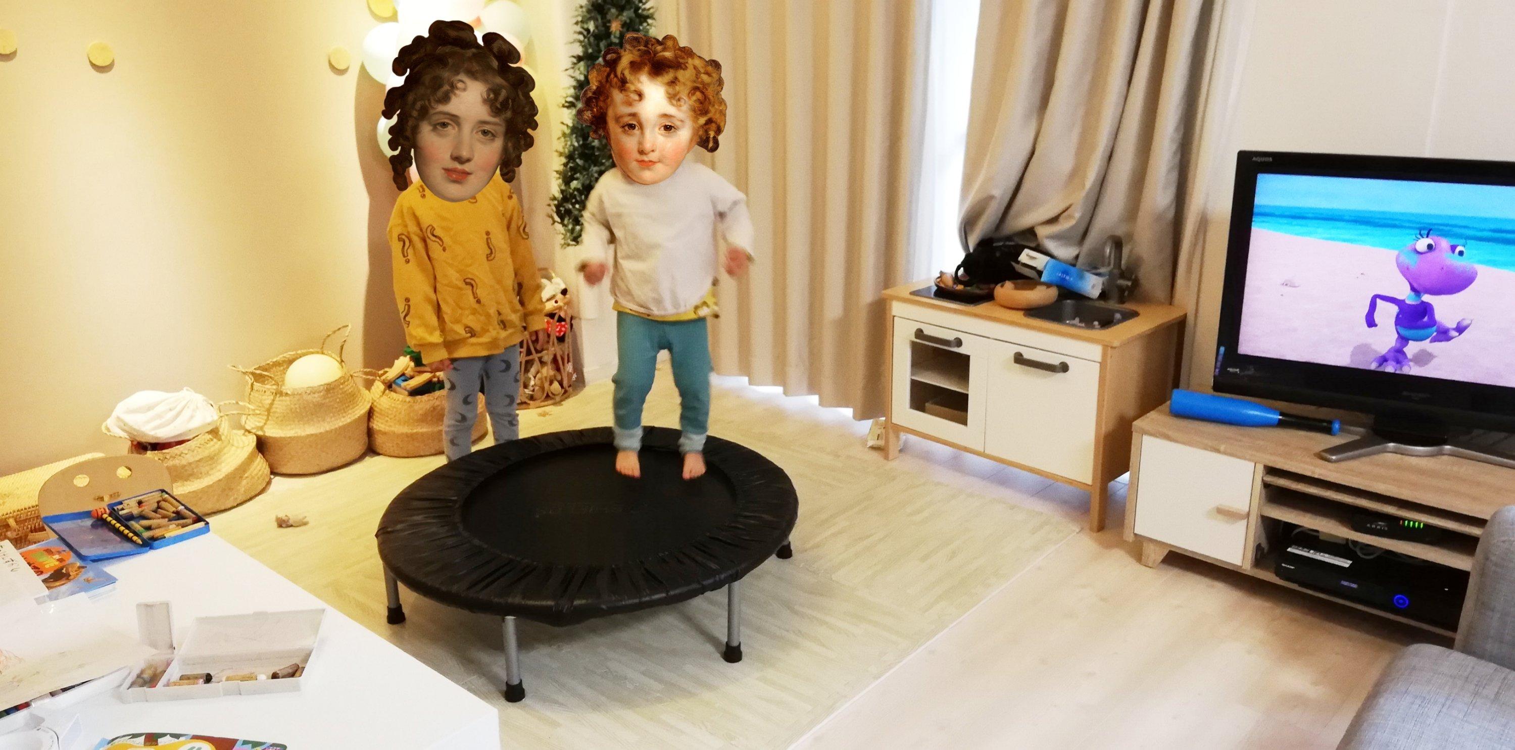 室内でトランポリンにのる子供2人